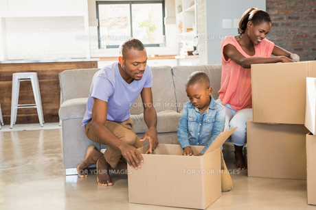 Family unwrapping things in new homeの写真素材 [FYI00486286]