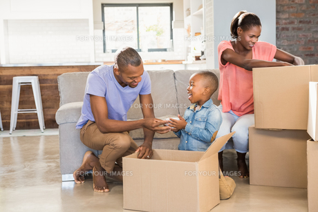 Family unwrapping things in new homeの写真素材 [FYI00486289]
