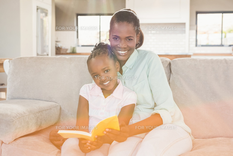 Loving mother with daughter on the couchの写真素材 [FYI00486293]