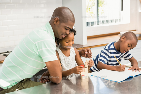 Father with children in the kitchenの素材 [FYI00486305]