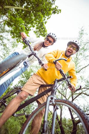 Happy couple on mountain bikesの素材 [FYI00486307]