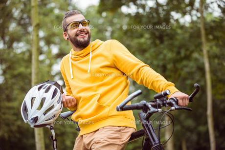 Handsome man with mountain bikeの写真素材 [FYI00486308]