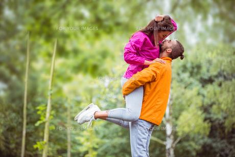 Happy couple hugging on hikeの素材 [FYI00486312]