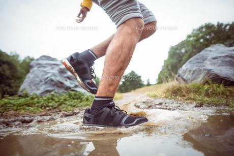 Man splashing in muddy puddlesの素材 [FYI00486315]