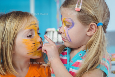 Smiling girls with their faces paintedの写真素材 [FYI00486330]