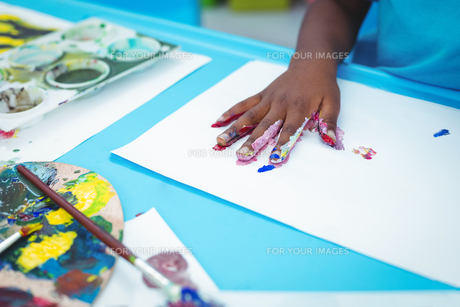 Happy kid enjoying painting with his handsの写真素材 [FYI00486331]