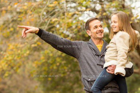 Father showing something to his smiling daughterの写真素材 [FYI00486334]
