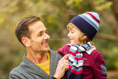 Happy father and son looking at each otherの写真素材 [FYI00486338]