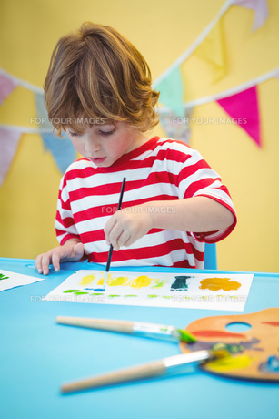 Child painting a beautiful pictureの写真素材 [FYI00486339]