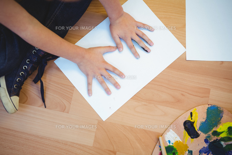 Boy painting with his handsの素材 [FYI00486342]