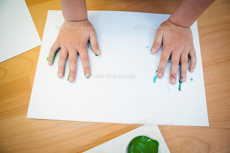 Boy pressing his paint covered handsの素材 [FYI00486345]
