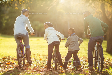 Rear view of a young family doing a bike rideの写真素材 [FYI00486351]