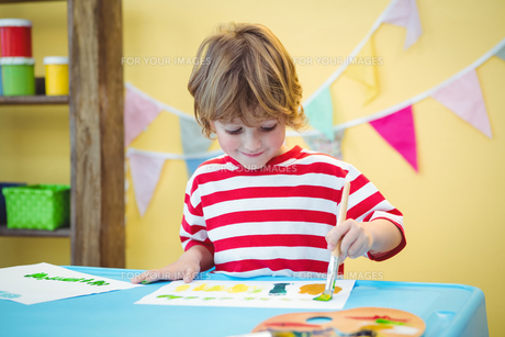 Child painting a beautiful pictureの写真素材 [FYI00486353]
