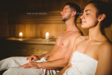 Happy couple enjoying the sauna togetherの素材 [FYI00486357]