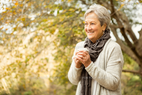 Senior woman in the parkの写真素材 [FYI00486359]