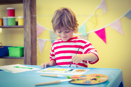 Child painting a beautiful pictureの写真素材 [FYI00486363]