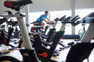 Focused man on exercise bikesの写真素材 [FYI00486365]