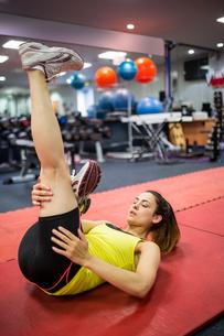 Woman massaging her injured legの素材 [FYI00486368]