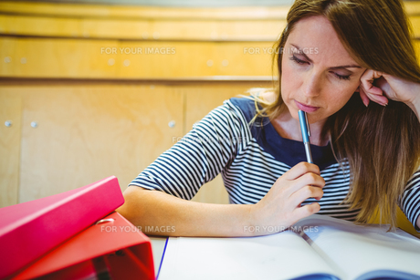 Mature student taking notes in lecture hallの写真素材 [FYI00486386]