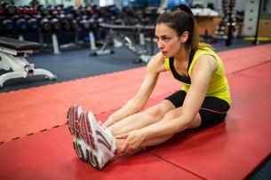 Woman doing warm up exercisesの素材 [FYI00486387]