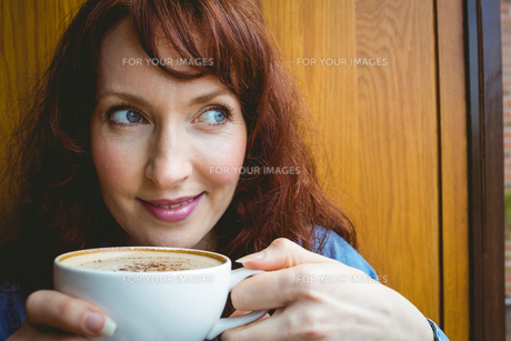 Mature student having coffee in cafeの写真素材 [FYI00486403]