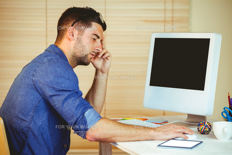 Handsome hipster working at deskの写真素材 [FYI00486417]