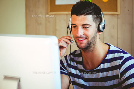 Handsome hipster working at deskの素材 [FYI00486419]