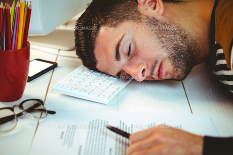 Man asleep at his deskの素材 [FYI00486422]