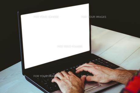 Man using his laptopの素材 [FYI00486431]