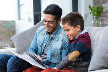 Happy father reading book with his sonの写真素材 [FYI00486435]