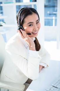 Smiling businesswoman on headsetの写真素材 [FYI00486437]