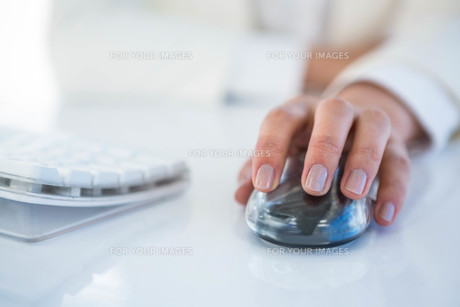 Close up of a woman using a mouseの写真素材 [FYI00486441]