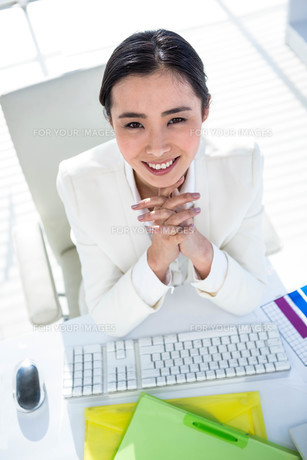 Businesswoman using her pc with documentsの写真素材 [FYI00486445]