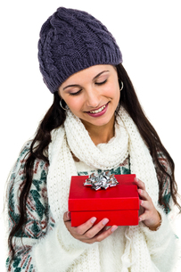 Smiling woman holding red gift boxの写真素材 [FYI00486464]