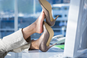 Businesswoman with her legs on her deskの素材 [FYI00486467]