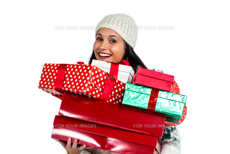 Smiling woman holding red and white gift boxesの写真素材 [FYI00486473]
