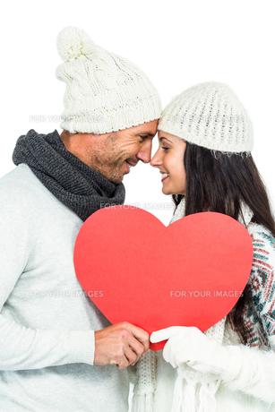 Smiling couple holding paper heartの写真素材 [FYI00486475]