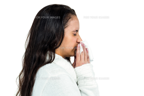Attractive woman blowing her noseの素材 [FYI00486478]