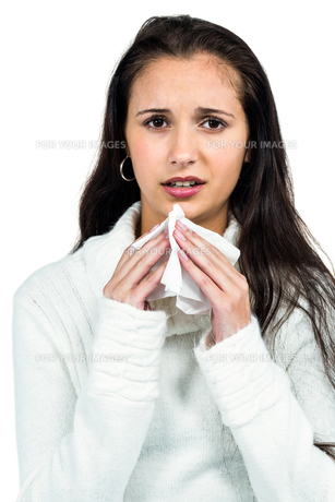 Attractive woman blowing her noseの素材 [FYI00486480]