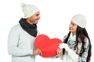 Smiling couple holding paper heartの写真素材 [FYI00486481]