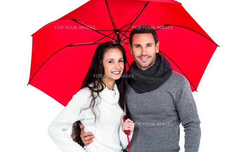 Smiling couple under umbrellaの写真素材 [FYI00486484]