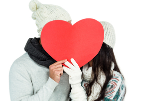 Smiling couple holding paper heartの写真素材 [FYI00486486]