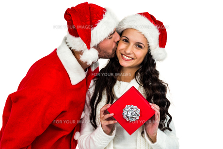 Couple with christmas hats holding red gift boxの素材 [FYI00486490]