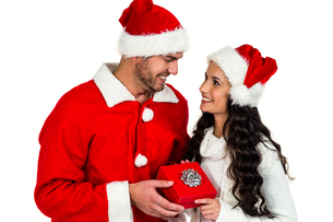 Couple with christmas hats holding red gift boxの素材 [FYI00486492]
