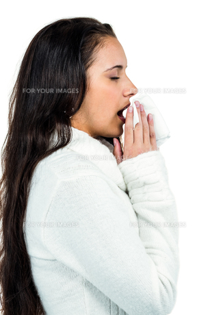 Attractive woman blowing her noseの素材 [FYI00486496]