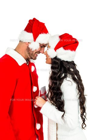 Festive couple exchanging a giftの素材 [FYI00486497]