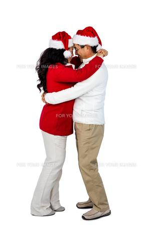 Festive senior couple huggingの写真素材 [FYI00486506]