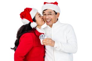 Festive senior couple exchanging giftsの写真素材 [FYI00486507]