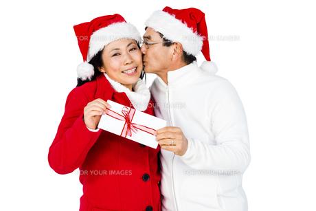 Festive senior couple exchanging giftsの写真素材 [FYI00486508]