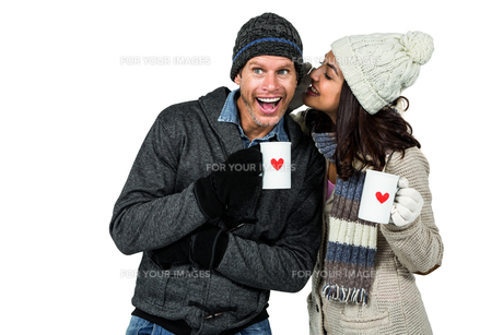 Winter couple enjoying hot drinksの写真素材 [FYI00486517]